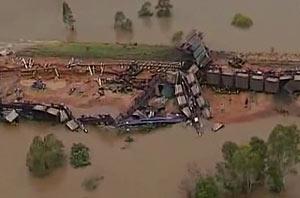 На севере Австралии водой смыло грузовой поезд и мост