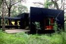Австралийский загородный черно-красный дом- параллелепипед